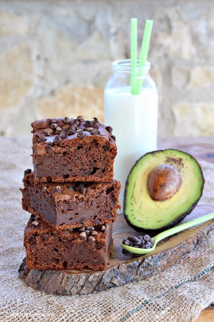Avocado brownies senza lattosio con gocce di cioccolato fondente