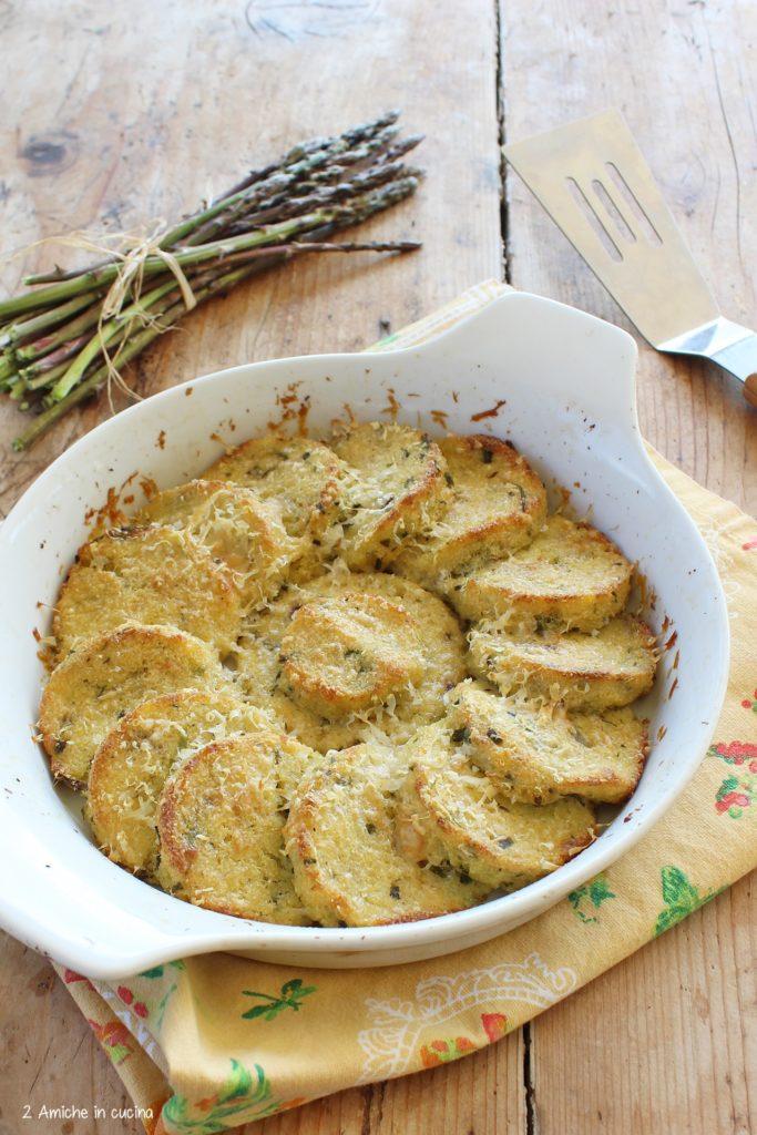 Gnocchi di polenta avanzata, arricchiti con asparagi e parmigiano, gratinati in forno, ricetta per riciclare gli avanzi.
