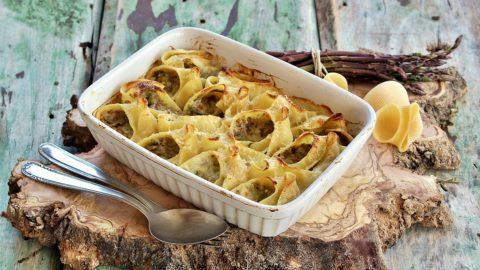 pasta grastinata in forno con asparagi e salsiccia