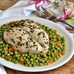 petto di pollo cotto in pentola a pressione con piselli e carote