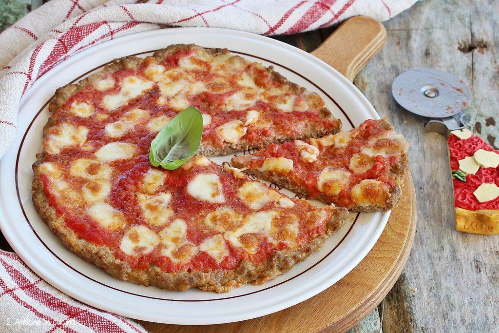 Pizza di carne pomodoro e mozzarella