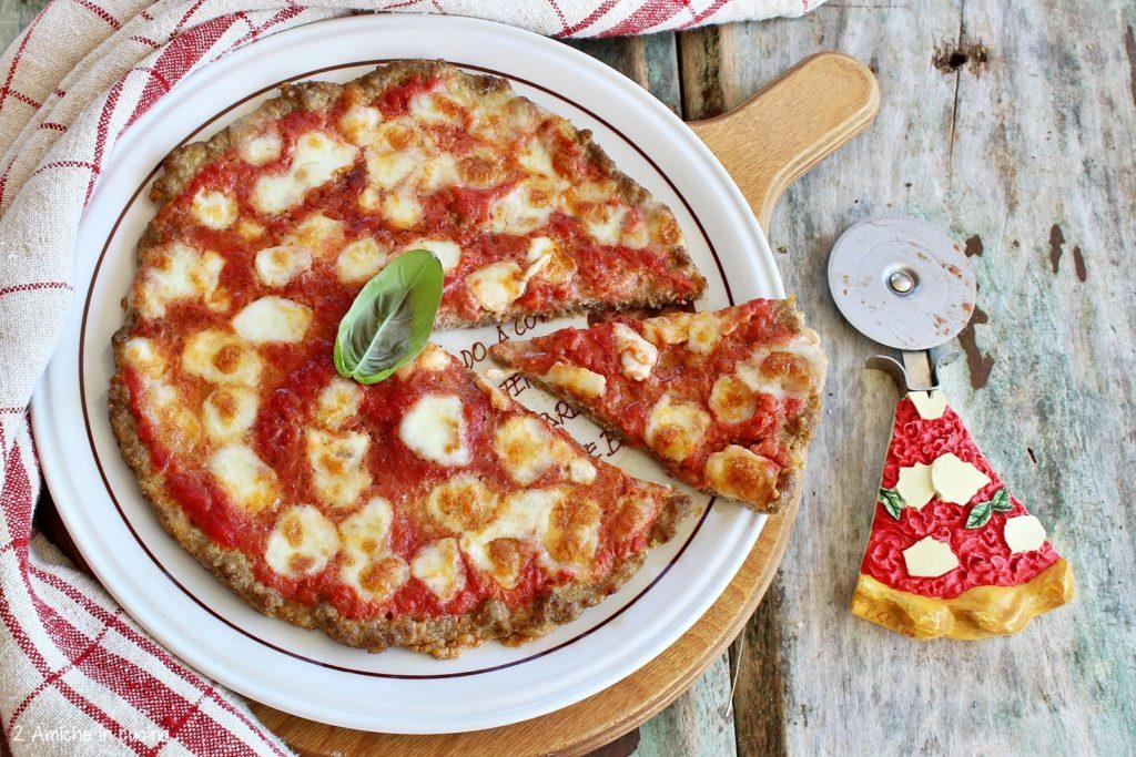Pizza di carne con pomodoro e mozzarella