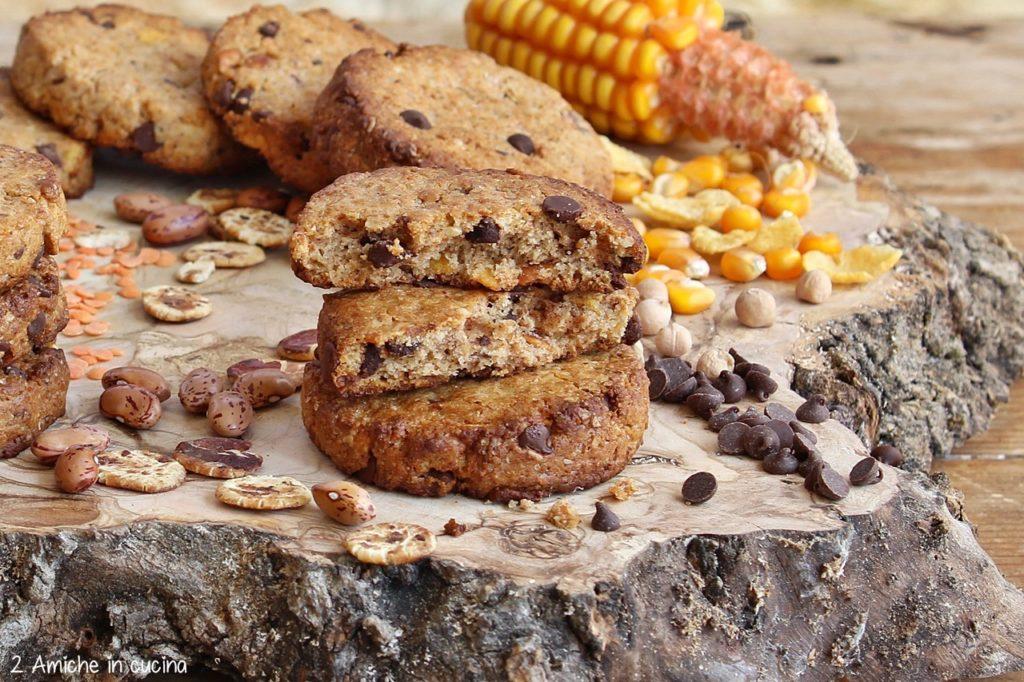 Biscotti ai cereali e legumi con cioccolato per la colazione o la merenda