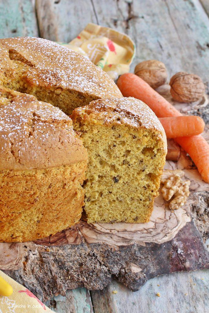 Torta senza lattosio con carote, cannella e noci.