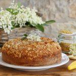 Torta per la colazione ai fiori di sambuco e mandorle con farina di mais