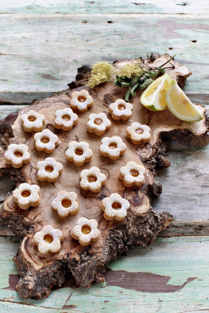 Biscottini farciti con marmellata di limoni e fiori di sambuco.