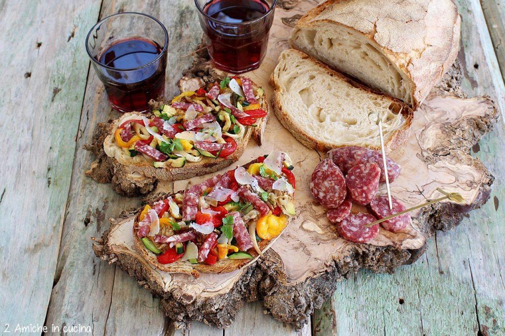 Bruschetta con verdure grigliate, bocconcini di salame Clai e pecorino