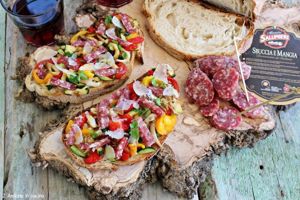 Bruschette alle verdure estive, salamini sbuccia e mangia e formaggio