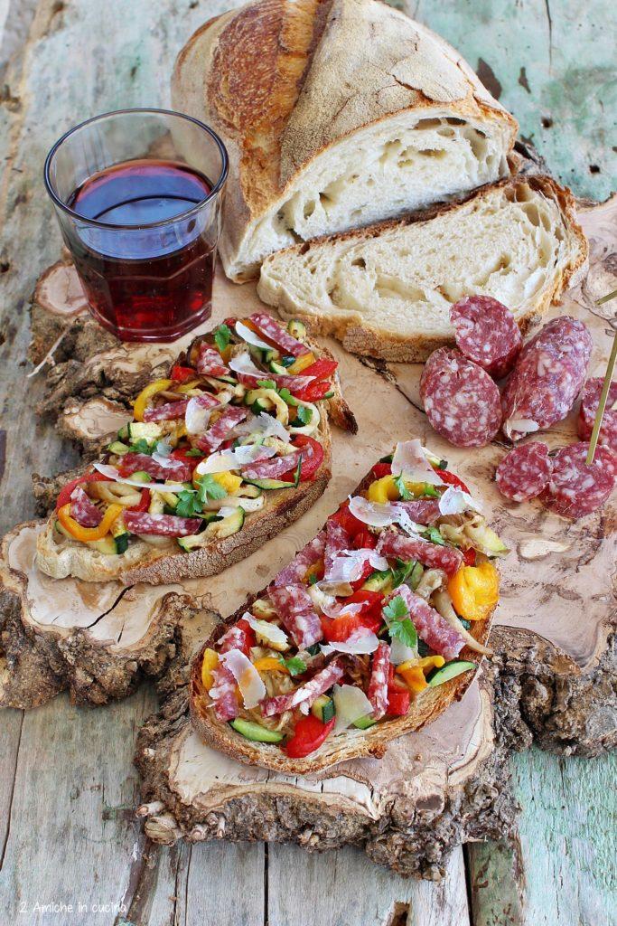 Bruschette rustiche con verdure, salame e pecorino