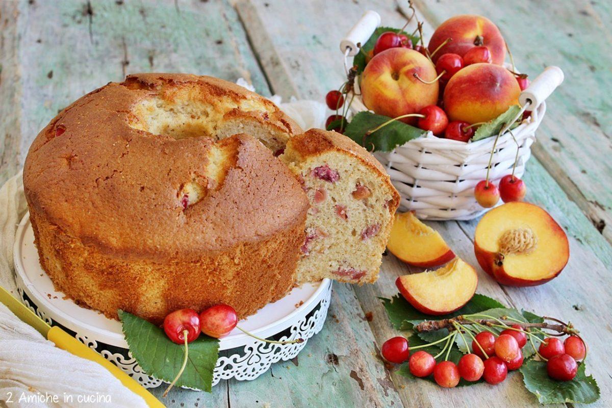 Chiffon cake con frutta fresca, polpa di pesche e ciliegie