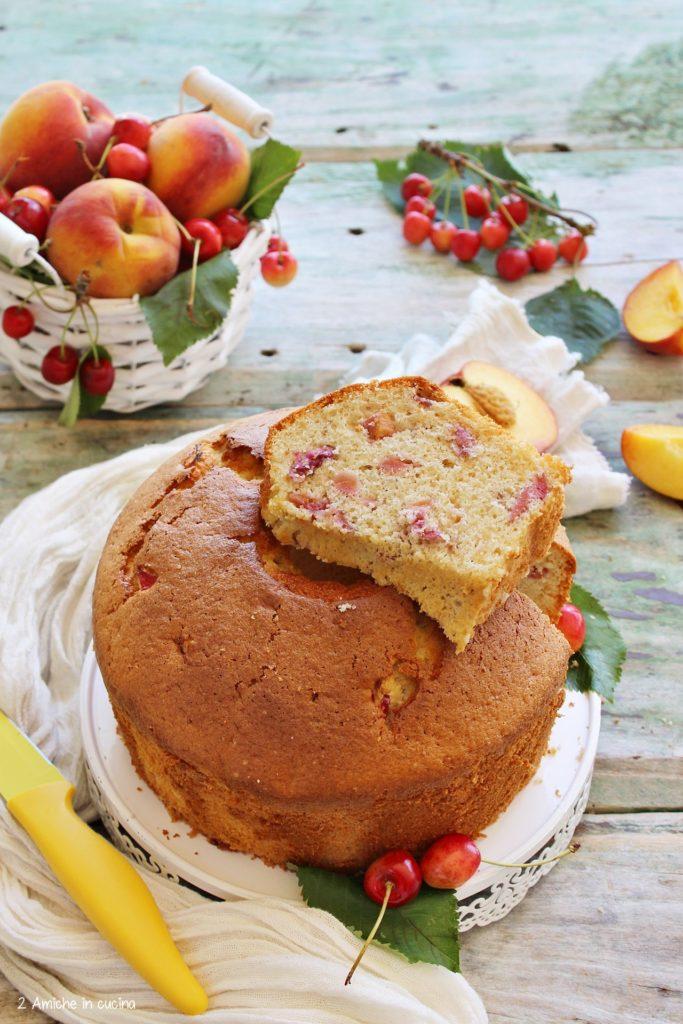 Fetta della chiffon cake alle ciliegie e pesche