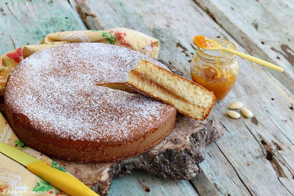 Ricetta per preparare in casa la torta versata con mandorle e confettura di pesche