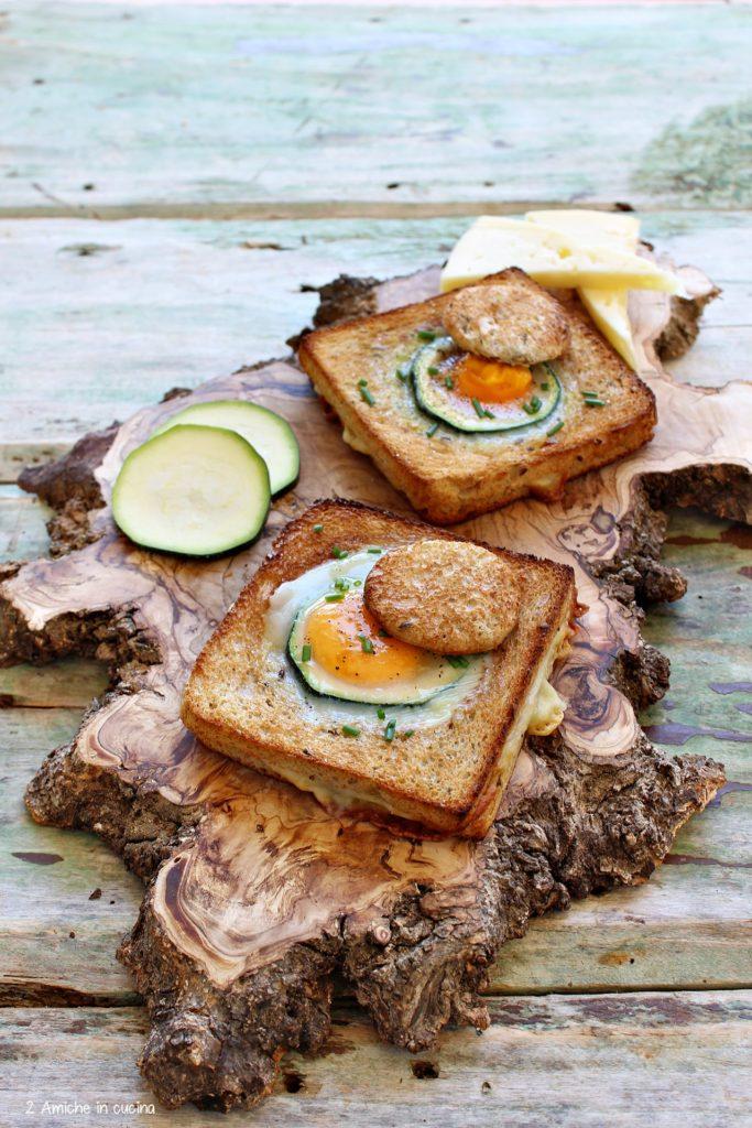 Toast ai cereali farcito con formaggio e cotto, con zucchina e uovo a occhio di bue