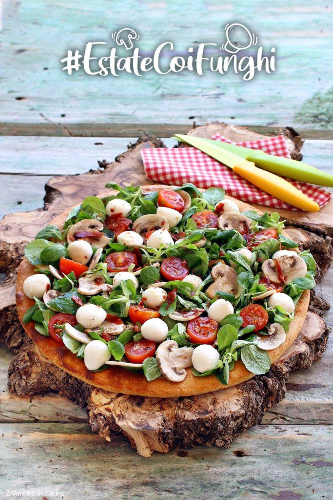 Focaccia farcita con valeriana, funghi champignon crudi, pomodorini e mozzarelline