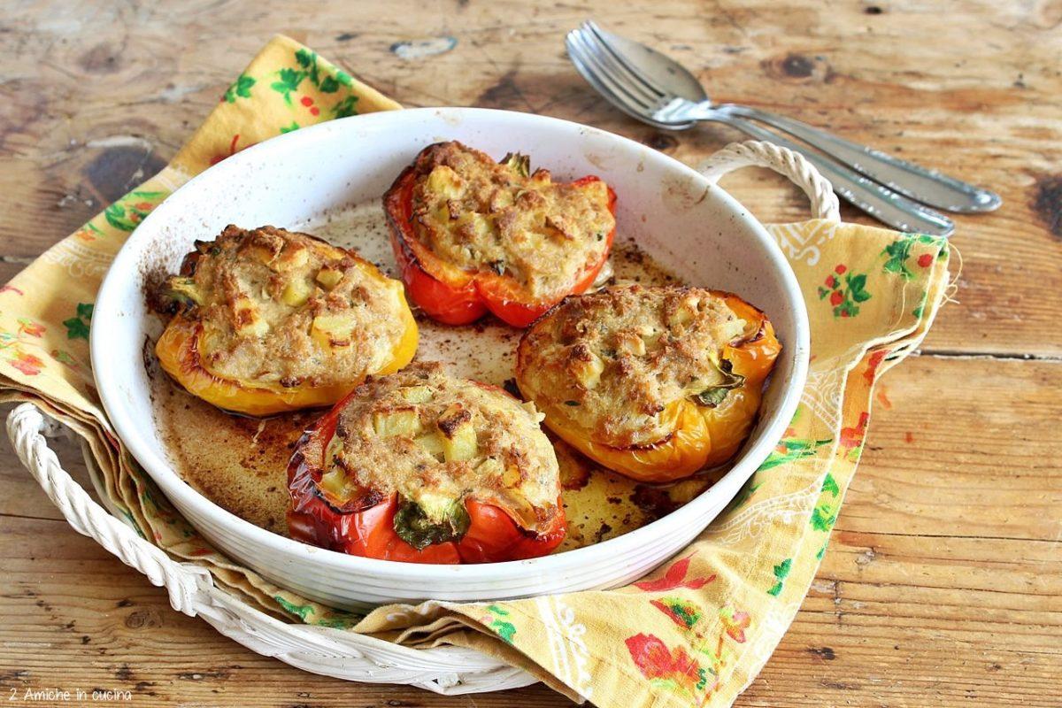 Peperoni al forno farciti con uova, tonno e patate
