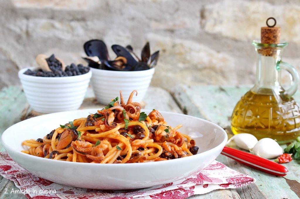 Spaghetti con polipetti, cozze, ceci neri e pomodorino di Manduria