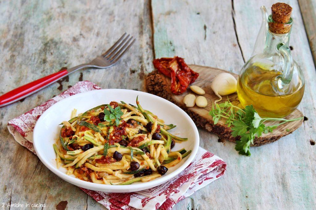 Spaghetti di zucchine con pesto di pomodori secchi e ceci neri