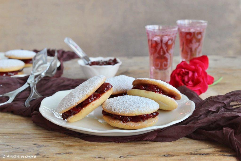 Biscotti farciti con confettura tipici napoletani