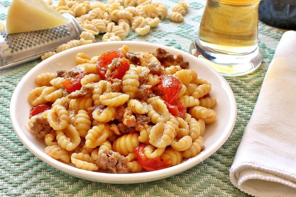 Gnocchetti sardi con salsiccia, pomodorini, birra e pecorino sardo