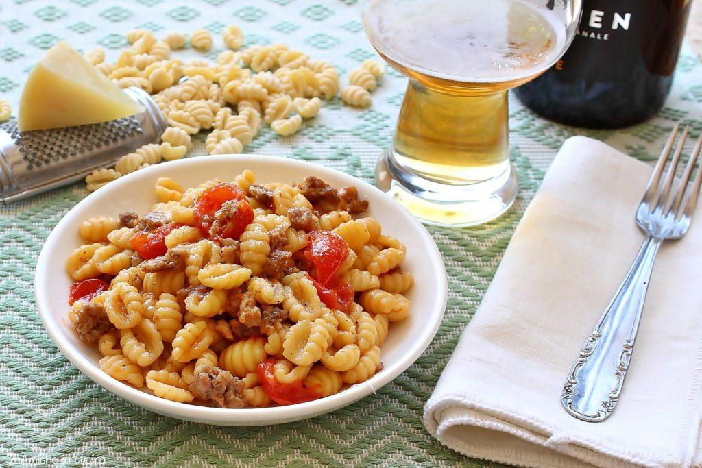 Gnocchetti sardi con salsiccia, birra e pecorino