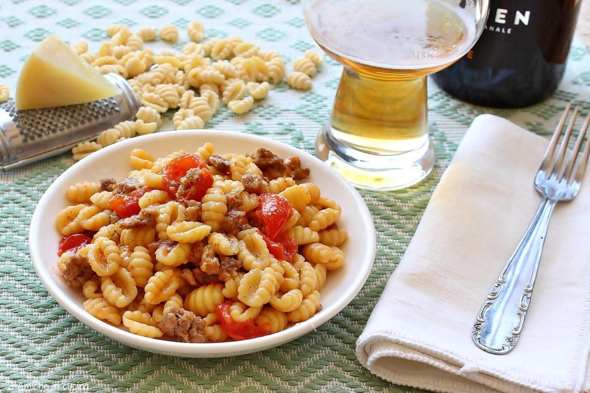Piatto di gnocchetti sardi con salsiccia umbra, birra e pecorino sardo