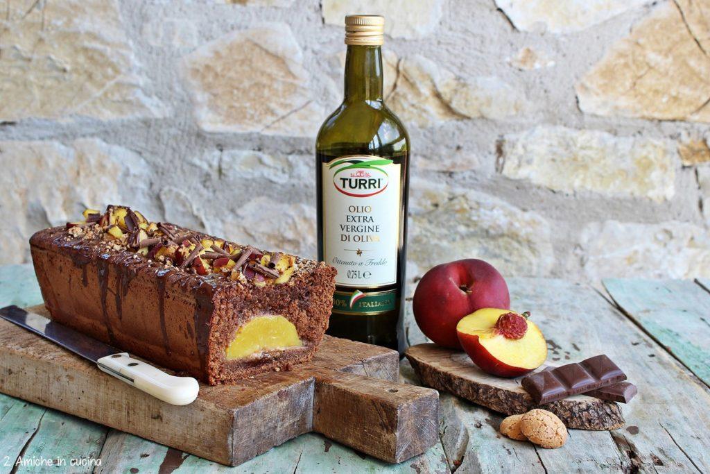 Plumcake all'olio extra vergine di oliva Turri con cioccolato fondente, pesche fresche e amaretti