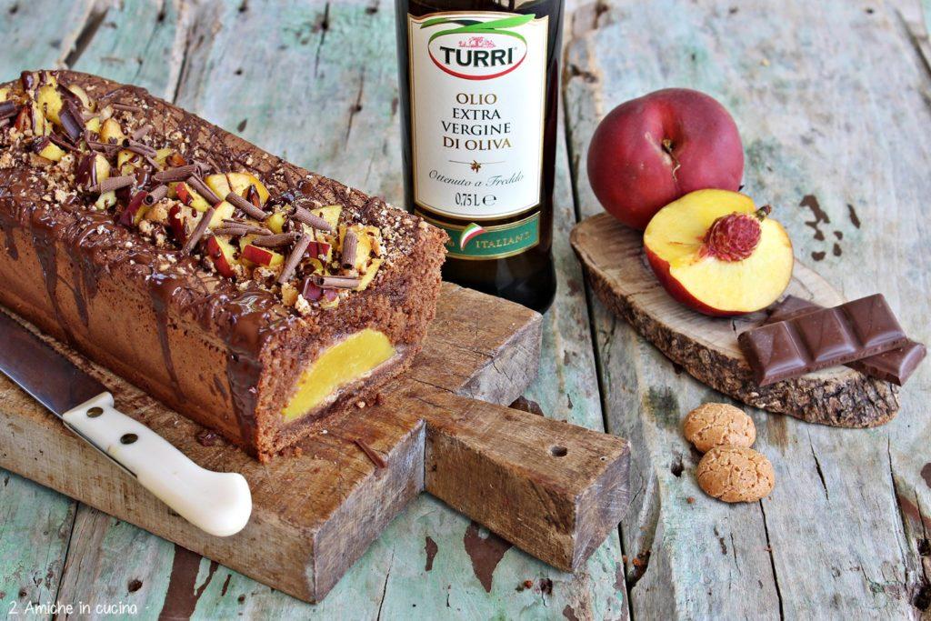 Interno del plumcake all'olio extra vergine di oliva e cioccolato con pesche fresche