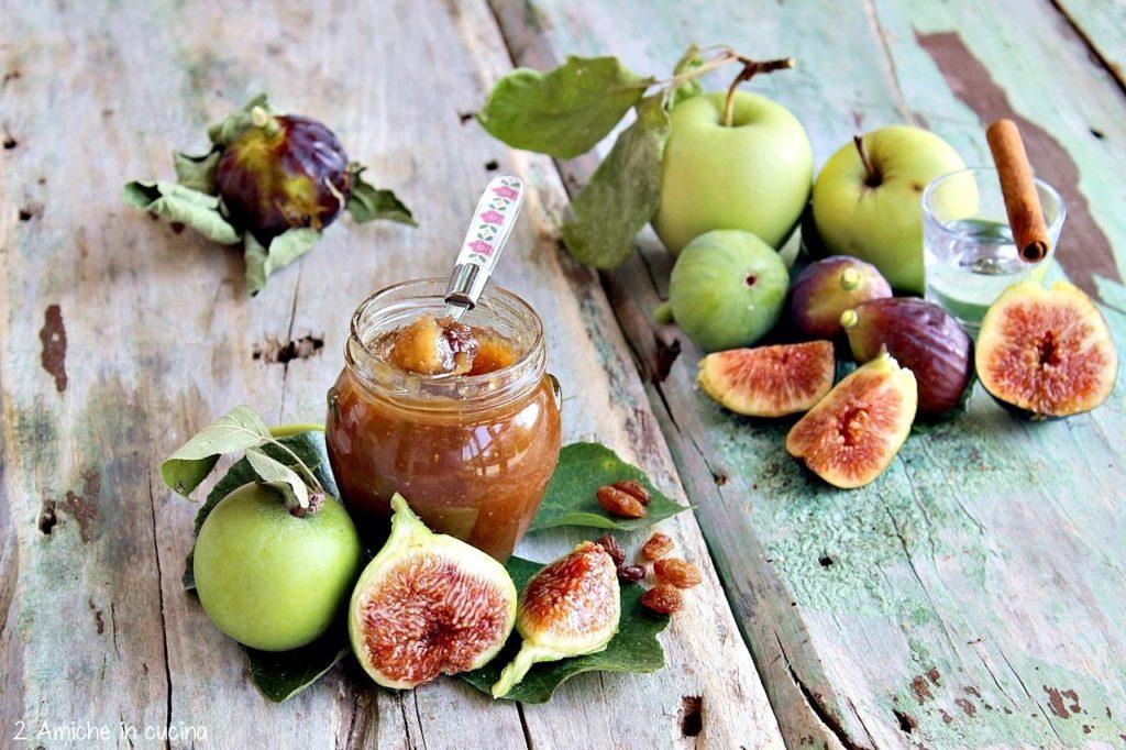 vasetto di confettura di fichi e mele selvatiche con uvetta, e cannella