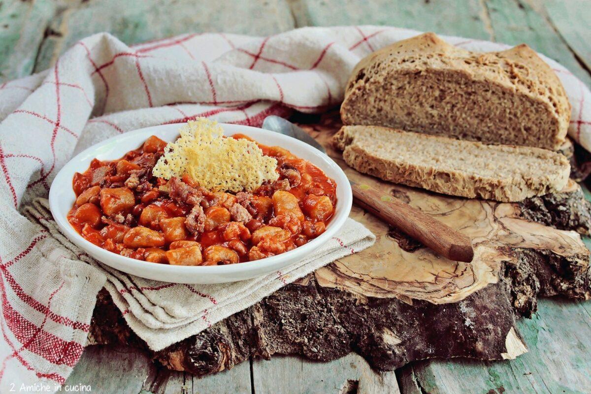 Gnocchi con pane di segale e sugo di salsiccia e fagiolina del Trasimeno