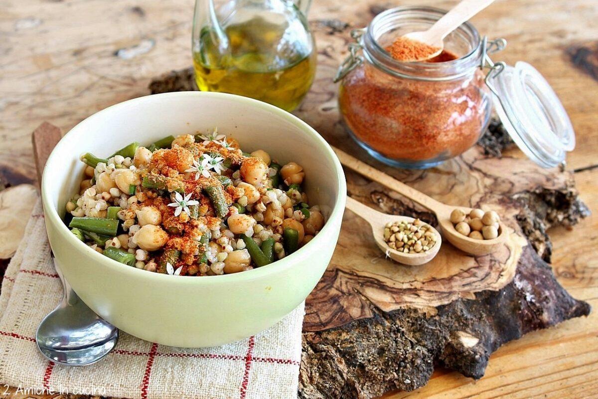 piatto unico con ceci, fagiolini, polvere di pomodoro fatta in casa e grano saraceno