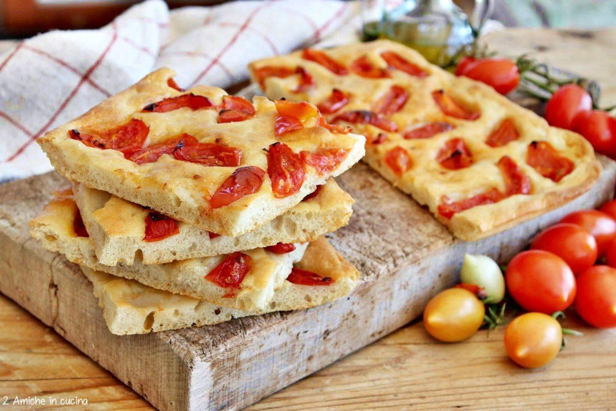 La ricetta della schiacciata al pomodoro, ricetta tipica della cucina povera umbra