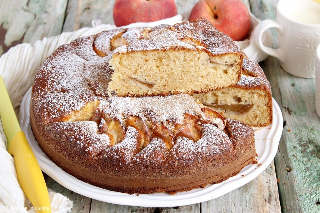 Torta con mascarpone e pesche fresche