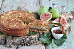 torta soffice con mandorle, confettura di fichi alla cannella e rum