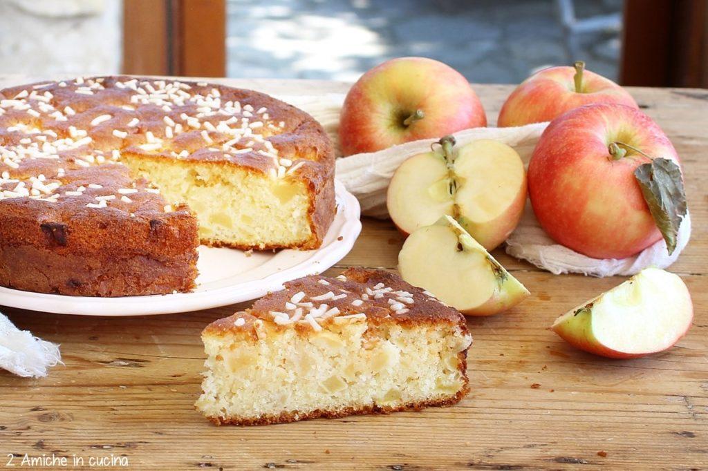 Torta di mele madeleine soffice con granella di zucchero