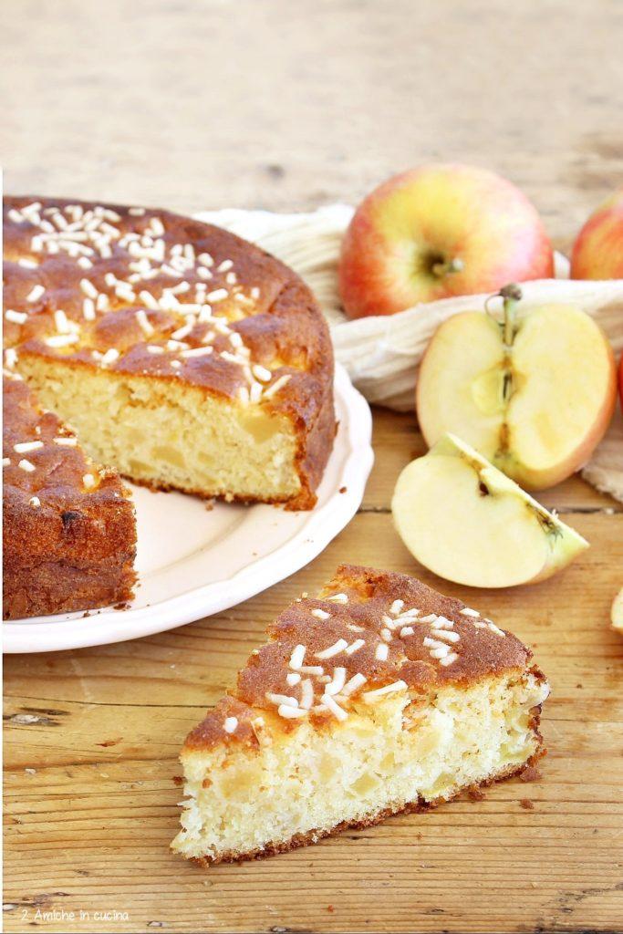 Fetta di torta alle mele con granella di zucchero