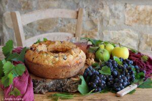 ciambellone con mosto d'uva, mele, noi e uva fresca
