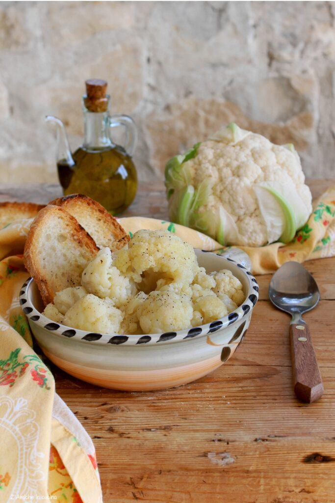 Pane tostato, bagnato con acqua di cottura del cavolfiore, e cimette di cavolfiore, ricetta tipica umbra