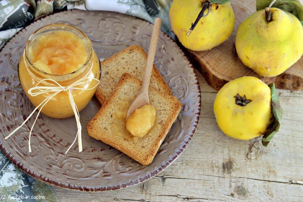 Confettura fatta in casa con mele cotogne e vaniglia