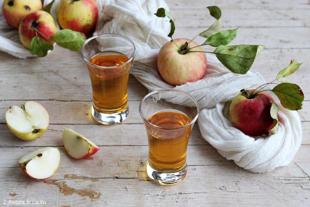 Liquore fatto in casa con bucce di mela