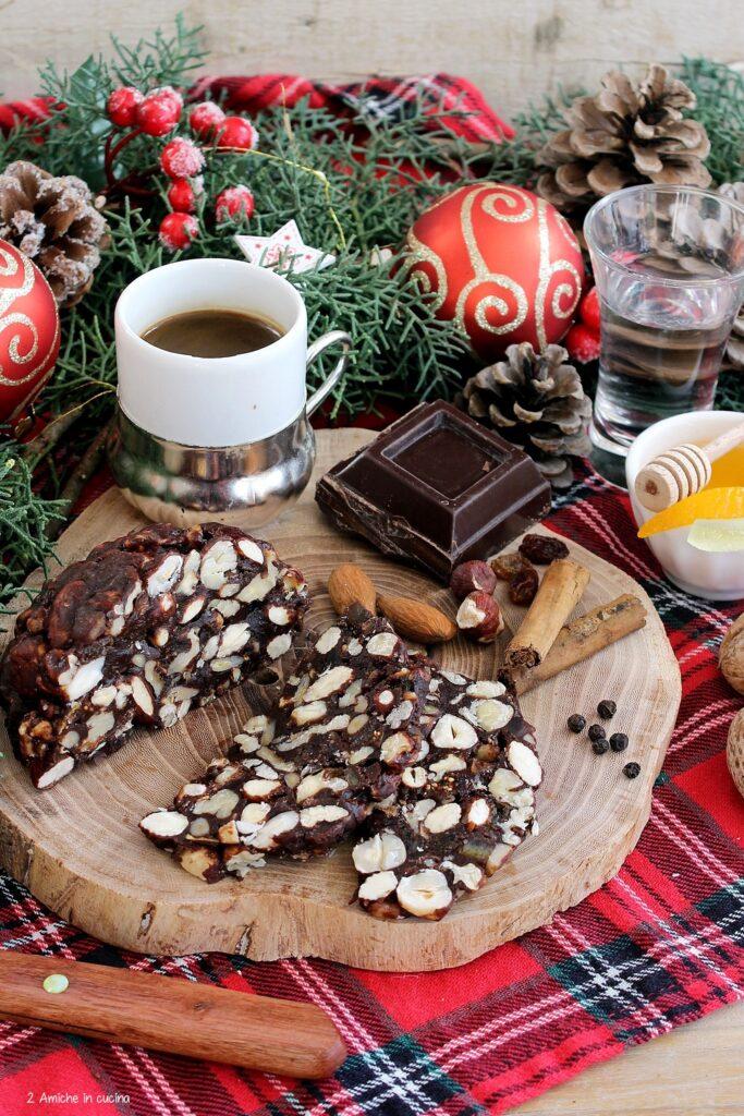 Dolce di Natale ternano con frutta secca, cioccolato, miele e spezie