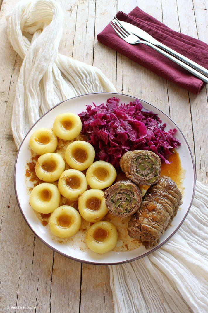 Piatto polacco con gnocchi, involtini e cavolo rosso stufato, Ślonski łobiod il pranzo slesiano delle feste