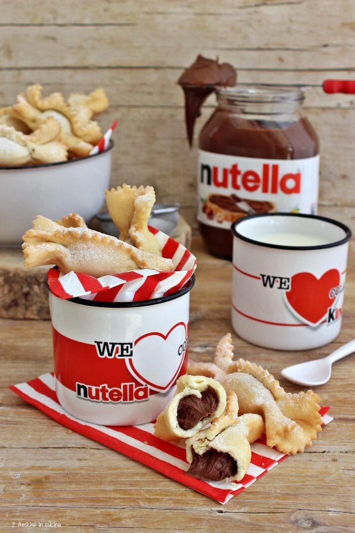 Colazione con latte e dolci fritti farciti di Nutella