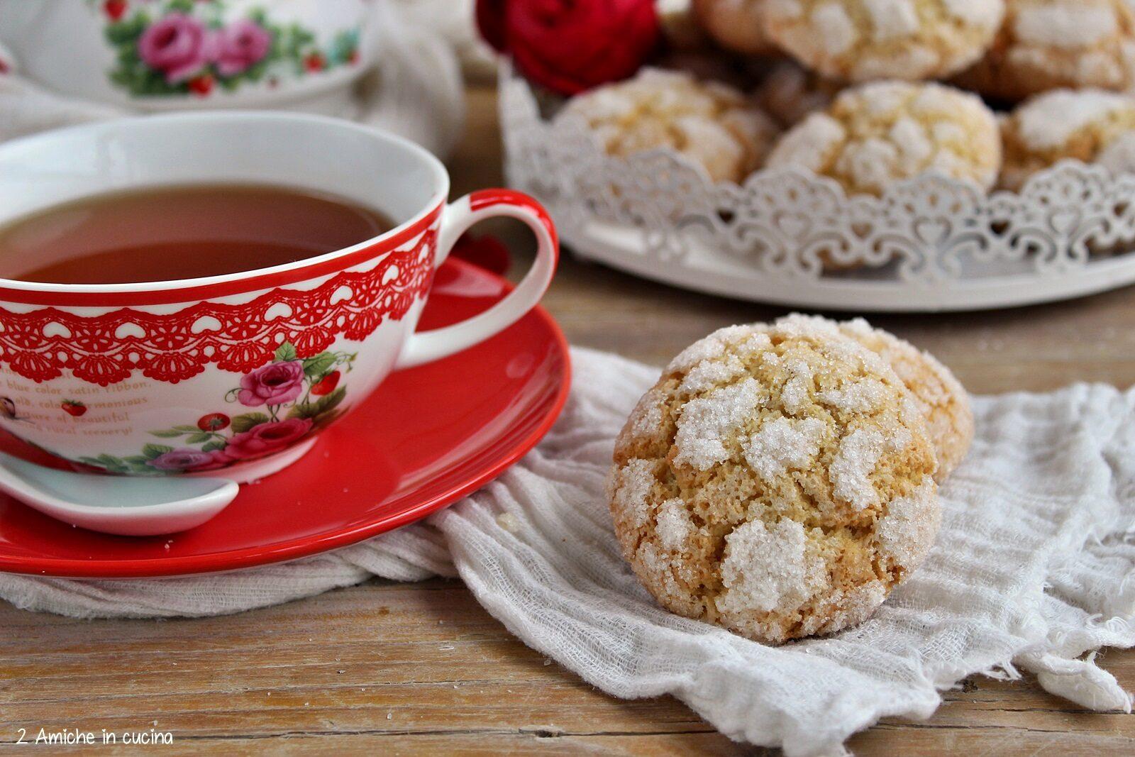 Biscotti semplici simili ai crinkle cookies