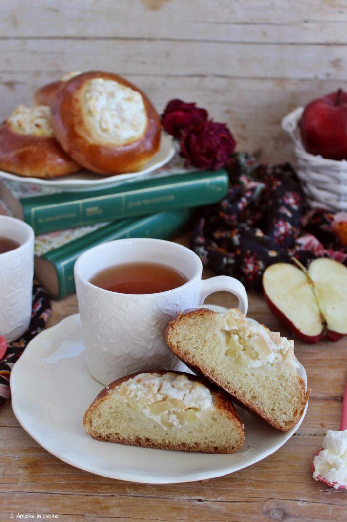 Vatrushka alle mele con tazza di tè