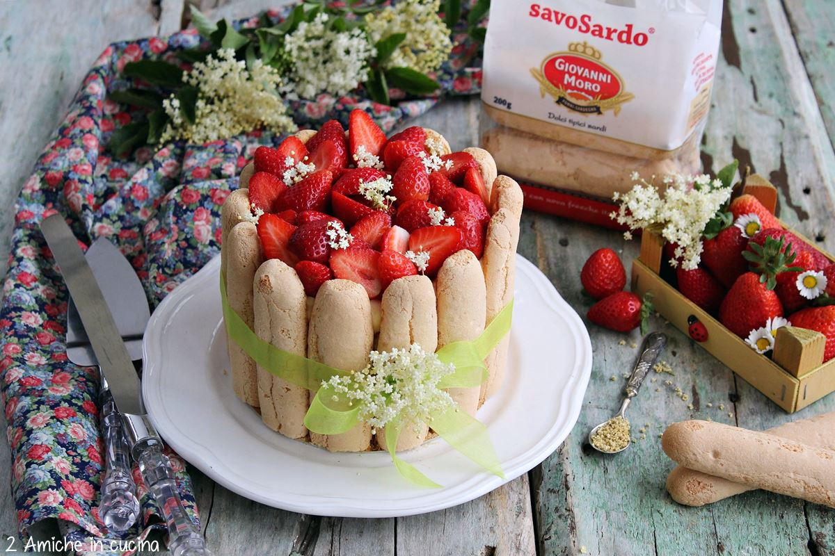 Torta charlotte con con savoiardi sardi, crema al mascarpone e fragole