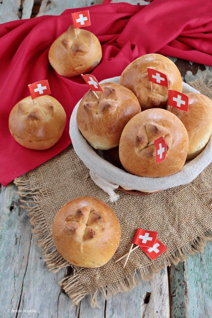 Panini svizzeri con croce incisa e bandierina svizzera