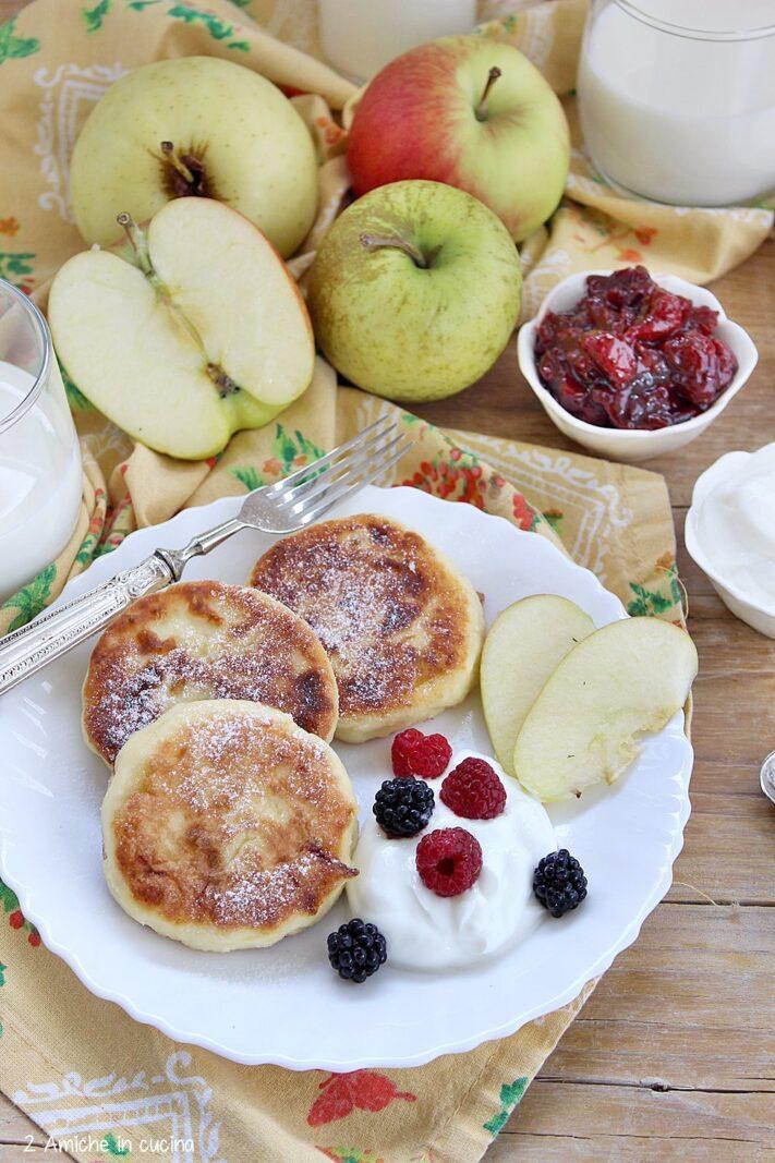 Frittelline russe con formaggio e mele