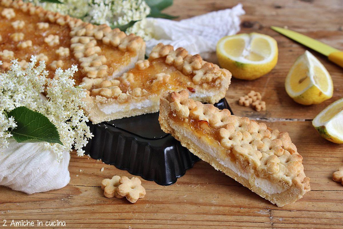 Fetta di crostata con ricetta e marmellata limoni e sambuco