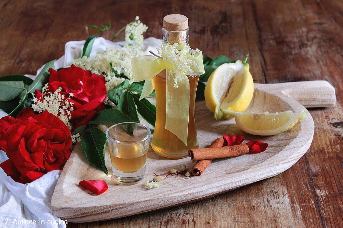 Liquore con petali di rose, spezie e fiori di sambuco