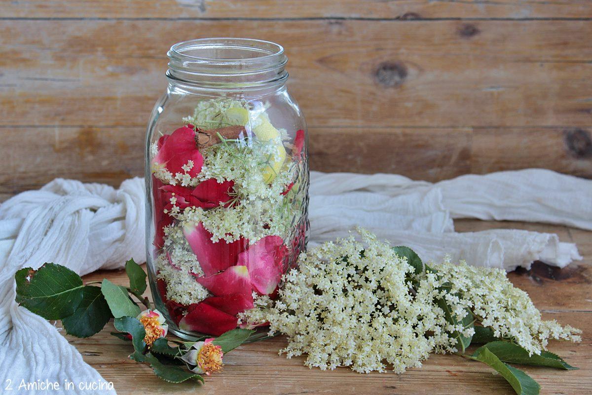 Preparazione del liquore ai fiori di sambuco e petali di rose